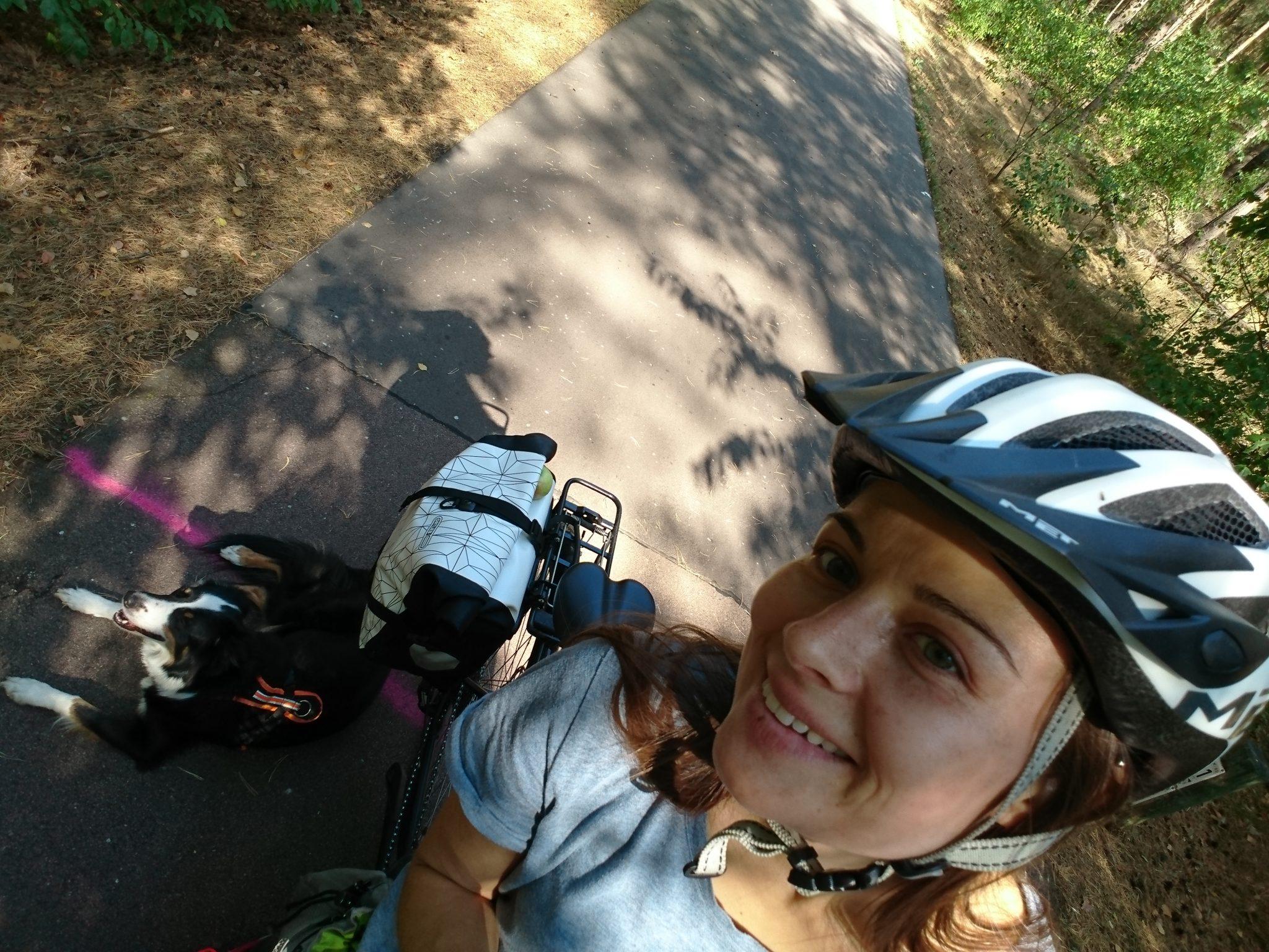 Fahrradtour Flaeming Skate Hund auf dem Radweg