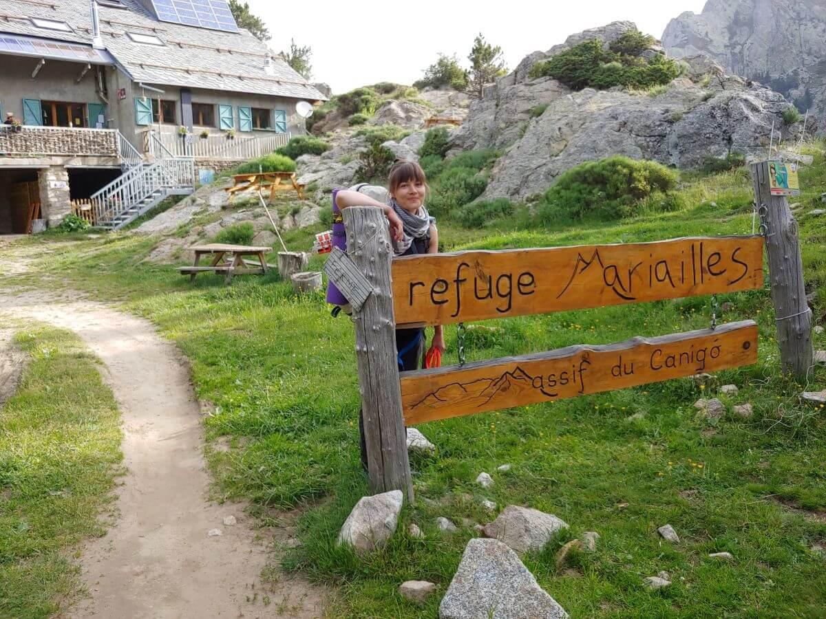 Wandern mit Hund auf dermGR10 vor dem Refuge des Mariailles