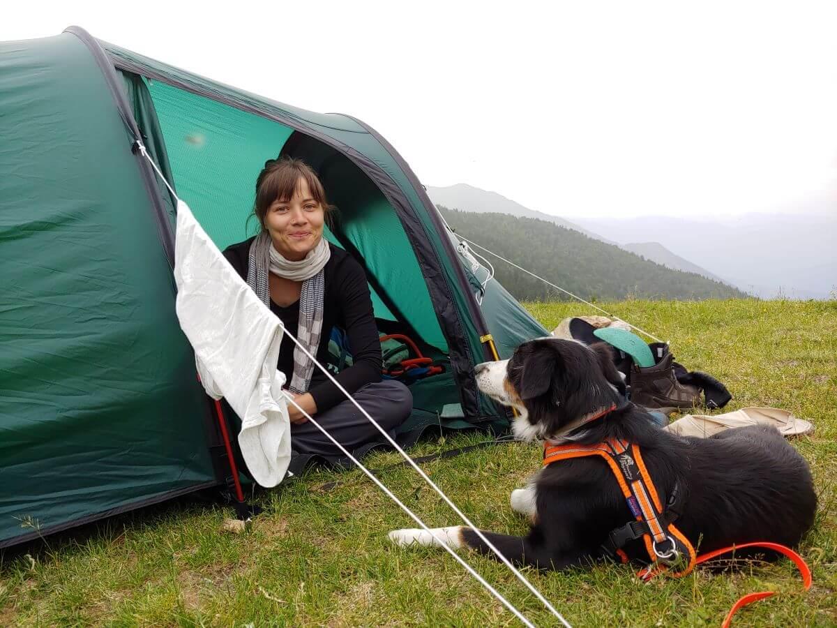 Wandern mit Hund auf dem GR10 Pause im Zelt